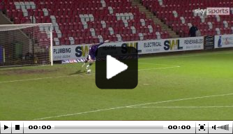 Video: Newport County-keeper King scoort vanuit de doeltrap