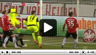 Video: Paderborn-spits schiet bal op bizarre wijze over