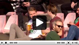 Mooie beelden: fans genieten met biertje op tribune NEC