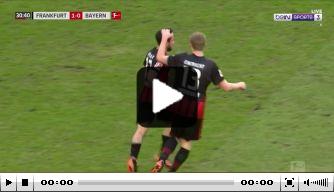 Video: Neuer zet scheidsrechter onbedoeld heerlijk voor schut