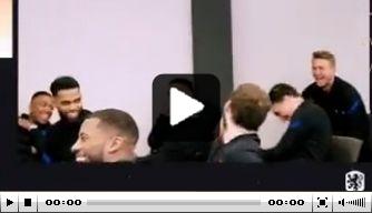 Video: Oranje-spelers hebben lol om acteerkunsten Berghuis