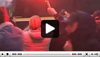 Video: groep supporters zwaait spelersbus Vitesse uit