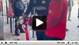 Selectie PSV legt krans bij standbeeld Willy van der Kuijlen