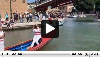 Schitterende beelden: Venezia viert promotie in de grachten