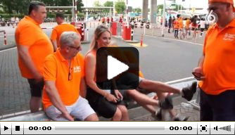 Video: Hélène Hendriks dolt met beschonken Oranje-fans