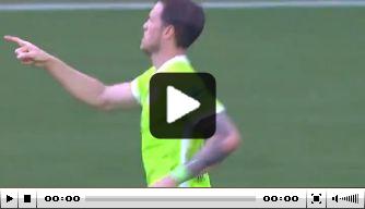 Video: Van Gaal kijkt mee, Weghorst maakt fraaie treffer