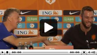 Uitbundige Van Gaal geeft De Vrij applaus op persconferentie