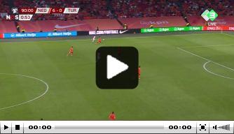Video: Bijlow eindigt duel met Turken met vervelend slippertje
