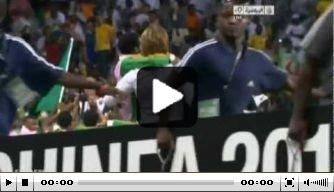 Video: coach Zambia draagt geblesseerde speler