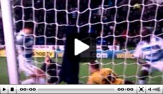 Video: verdediger kopt schot van dichtbij uit doel