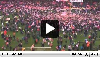 Video: Southampton-fans stormen veld op na promotie