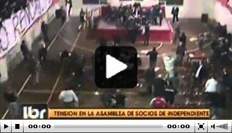 Video v/d dag: Independiente-fans smijten met stoelen