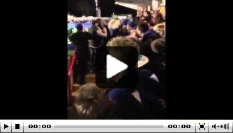 Video: Wimbledon-mascotte crowdsurft over tribune