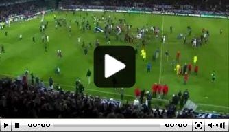 Video: uitzinnige Auxerre-fans bestormen veld te vroeg